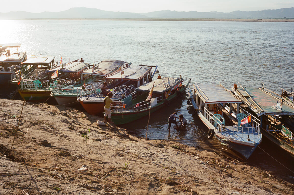 River-side-boats-sailing-parked-on-the-way-to-sunset-Boat-trip-from-Hostel-Travelling-in-bagan-myanmar-for-10-days-using-leica-camera-M2-Summicron-35mm-f2-V1-Kodak-Ektar-100-2