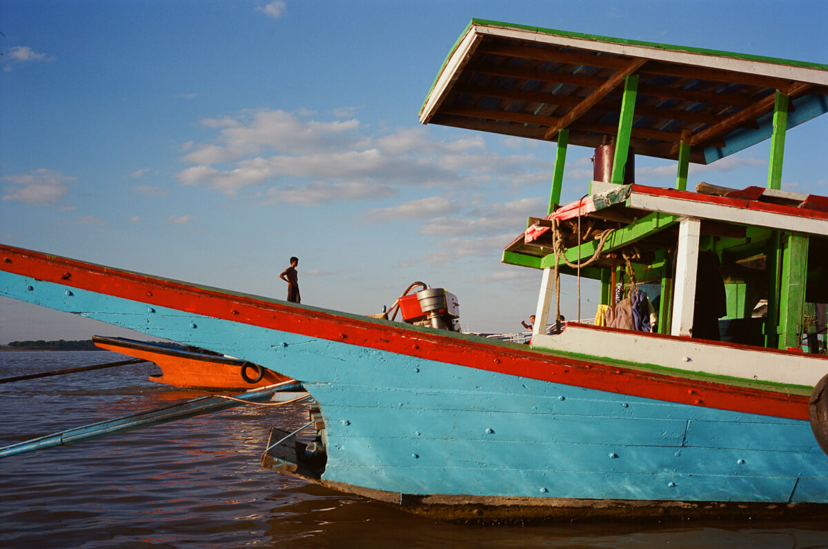 River-side-boats-sailing-parked-on-the-way-to-sunset-Boat-trip-from-Hostel-Travelling-in-bagan-myanmar-for-10-days-using-leica-camera-M2-Summicron-35mm-f2-V1-Kodak-Ektar-100