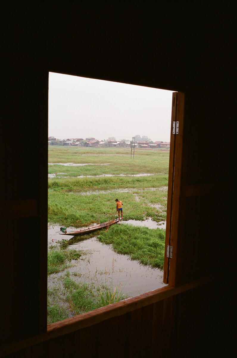 boat-transportation-in-through-window-inle-lake-mynamar-travelling-city-cities-snap-burma-fuji-fujifilm-superia-premium-400-leica-camera-summicron-35mm-f2-v1-8elements