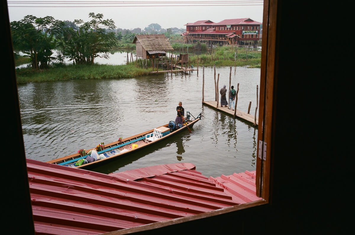 boats-houses-floating-village-in-inle-lake-mynamar-travelling-city-cities-snap-burma-fuji-fujifilm-superia-premium-400-leica-camera-summicron-35mm-f2-v1-8elements