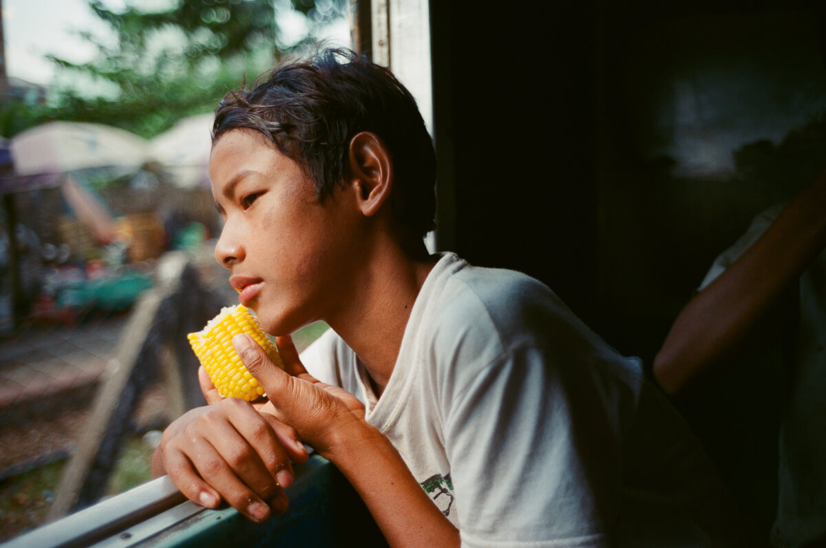 circular-train-kindness-kid-gave-me-corn-to-eat-portrait-documentary-life-myanmar-yangon-35mm-f2-summicron-8elements-v1-leica-m2-Fuji-fujifilm-Superia-Premium-400-travel