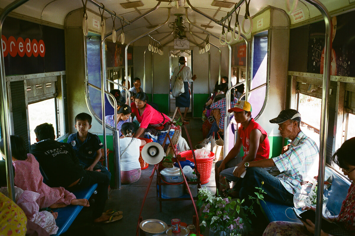 circular-train-people-selling-food-portrait-documentary-life-myanmar-yangon-35mm-f2-summicron-8elements-v1-leica-m2-Fuji-fujifilm-Superia-Premium-400