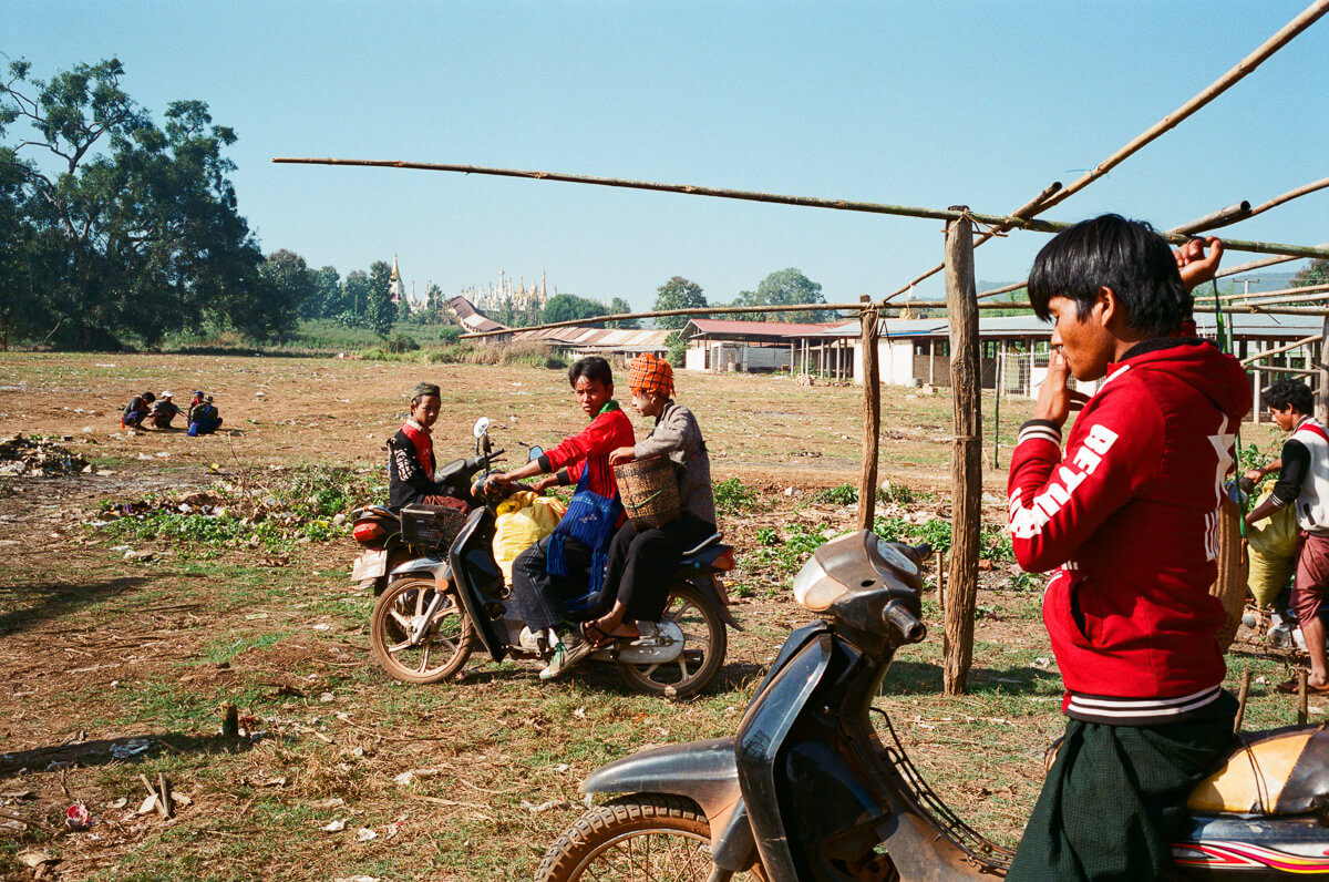 pagoda-view-people-with-motorbike-in-sunday-market-inle-lake-mynamar-travelling-city-cities-snap-burma-fuji-fujifilm-superia-premium-400-leica-camera-summicron-35mm-f2-v1-8elements