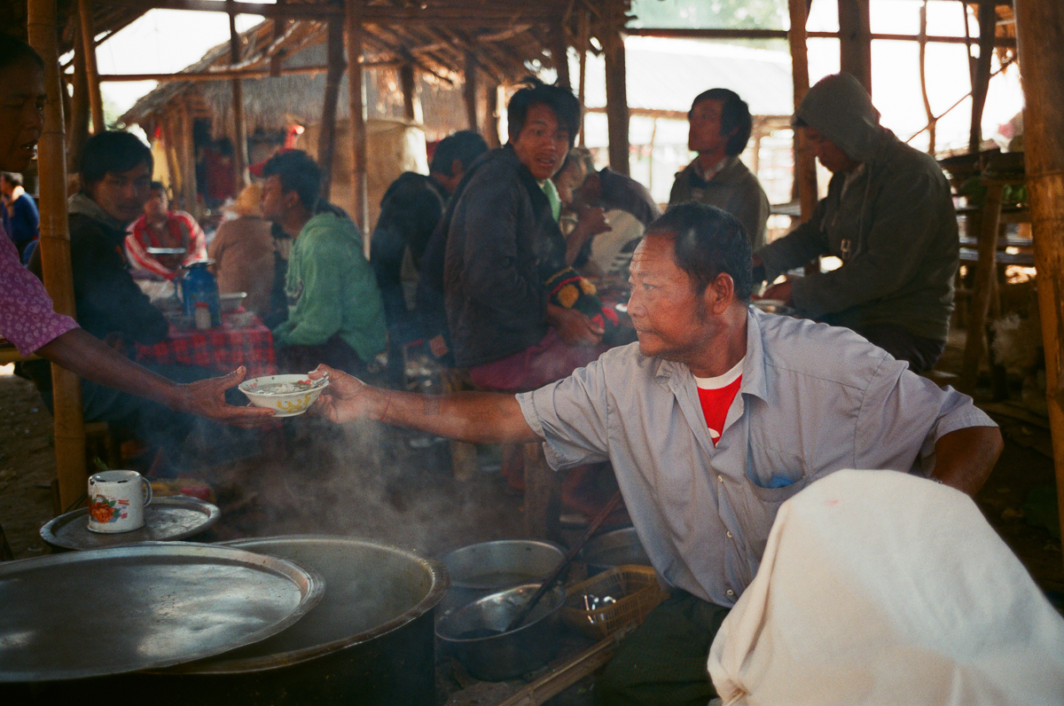sunday-market-food-restaurant-hot-food-selling-inle-lake-mynamar-travelling-city-cities-snap-burma-fuji-fujifilm-superia-premium-400-leica-camera-summicron-35mm-f2-v1-8elements