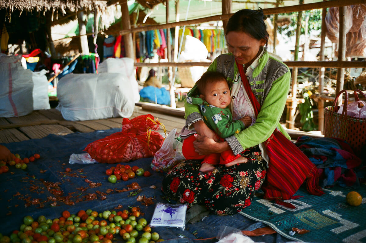 sunday-market-stores-mother-with-children-inle-lake-mynamar-travelling-city-cities-snap-burma-fuji-fujifilm-superia-premium-400-leica-camera-summicron-35mm-f2-v1-8elements