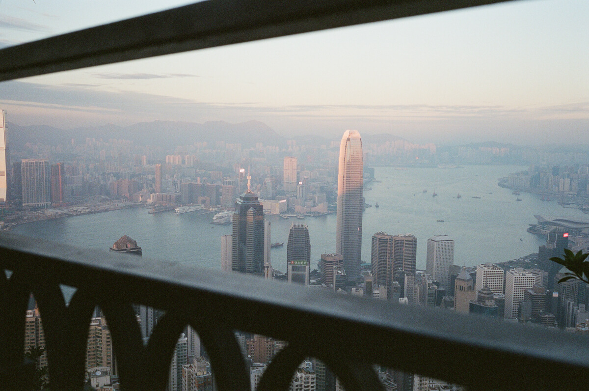 trying-to-frame-HK-City-peak-hong-kong-photowalk-photo-walk-shutteralliance-shutter-alliance-central-fuji-fujifilm-pro400H-negative-film-community-leica-summicron-35mm-f2-v1-lens