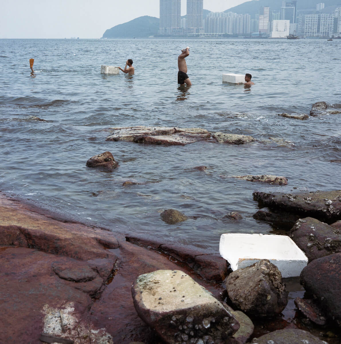 三家村-鋰魚門-fisherman-diving-to-catch-clams-cliff-Portra-400-iso400-Hong-Kong-HK-Lei-Yu-Mun-Mamiya-C330-80mm-f2.8-medium-format-120-Analog-film-review