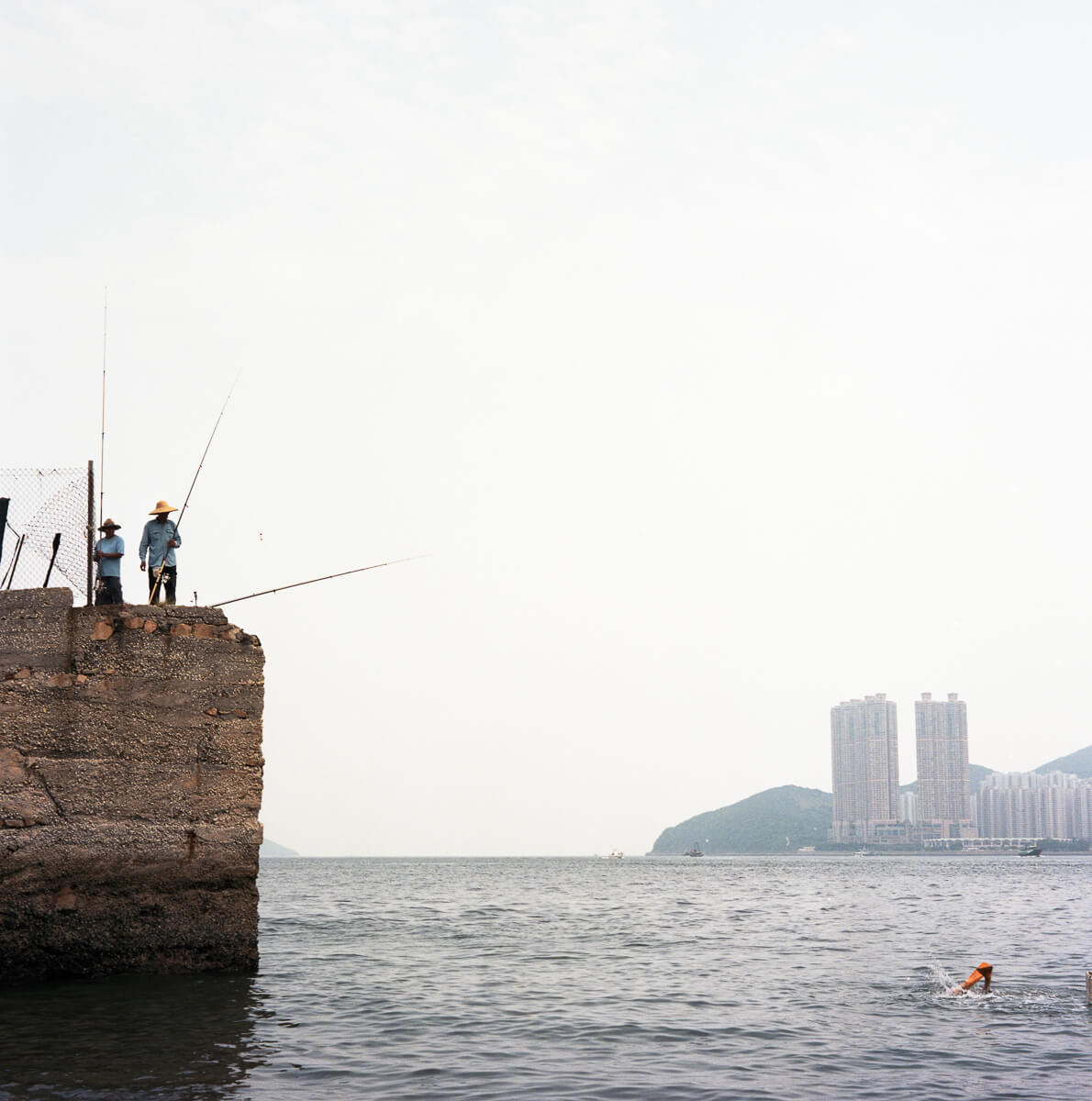 三家村-鋰魚門-fisherman-fishing-cliff-Portra-400-iso400-Hong-Kong-HK-Lei-Yu-Mun-Mamiya-C330-80mm-f2.8-medium-format-120-Analog-film-review