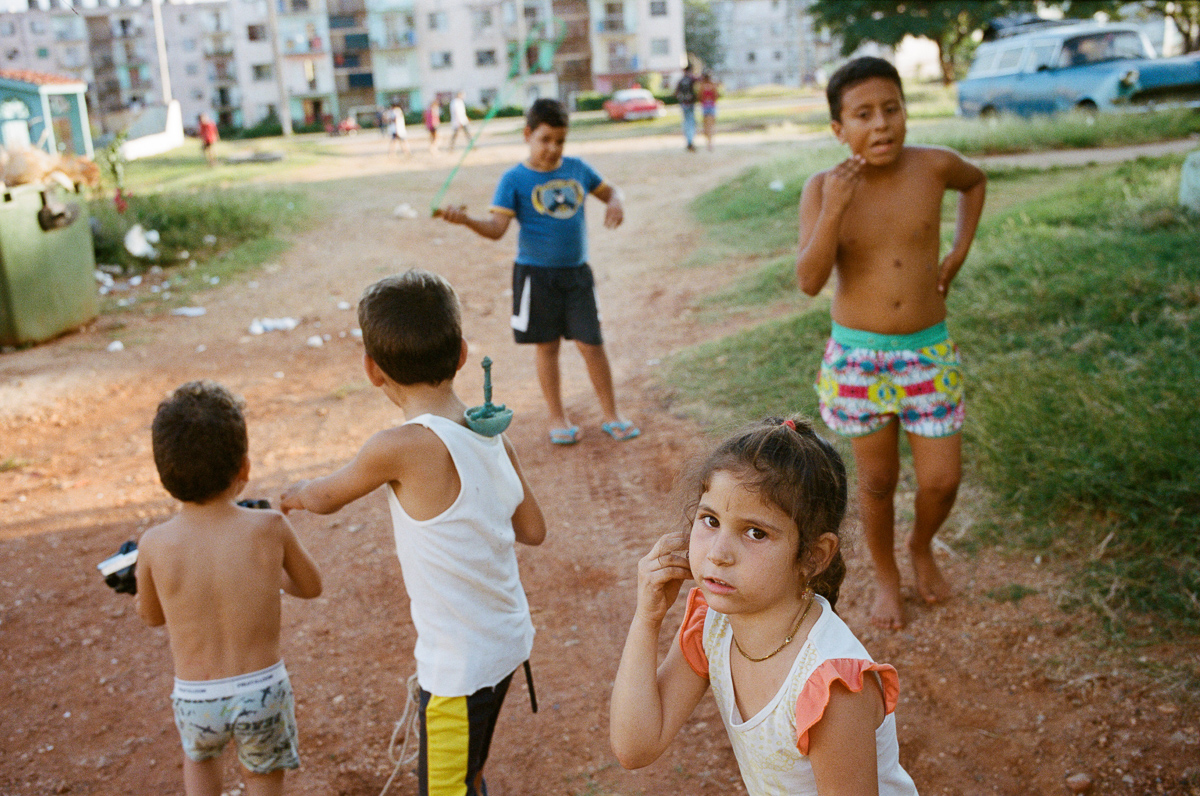 古巴-夏灣拿-菲林-A-group-of-Children-in-public-housing-estates-Portra-400-iso400-Kodak-Leica-M2-Summilux-35mm-f1.4-35-1.4-Asph-FLE-11663-Trinidad-Cuba-Analog-film-review