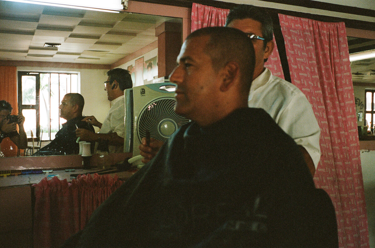 古巴-夏灣拿-菲林-Barber-salon-haircut-men-portrait-indoor-Portra-400-iso400-Kodak-Leica-M2-Summicron-35mm-f2-35-IV-7elements-cienfuegos-Cuba-Analog-film-review