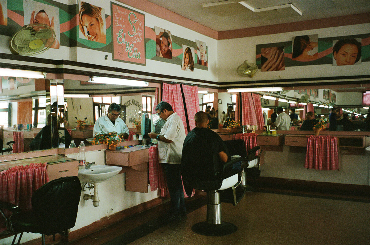 古巴-夏灣拿-菲林-Interior-barber-salon-haircut-traditional-colour-negative-Portra-400-iso400-Kodak-Leica-M2-Summicron-35mm-f2-35-IV-7elements-cienfuegos-Cuba-Analog-film-review