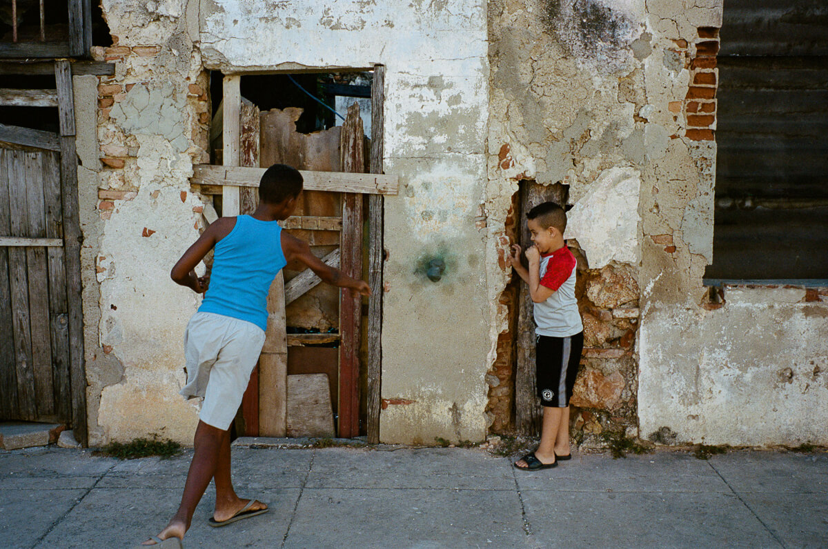 古巴-夏灣拿-菲林-Kids-playing-games-characteristic-character-Portra-400-iso400-Kodak-Leica-M2-Summicron-35mm-f2-35-IV-7elements-cienfuegos-Cuba-Analog-film-review