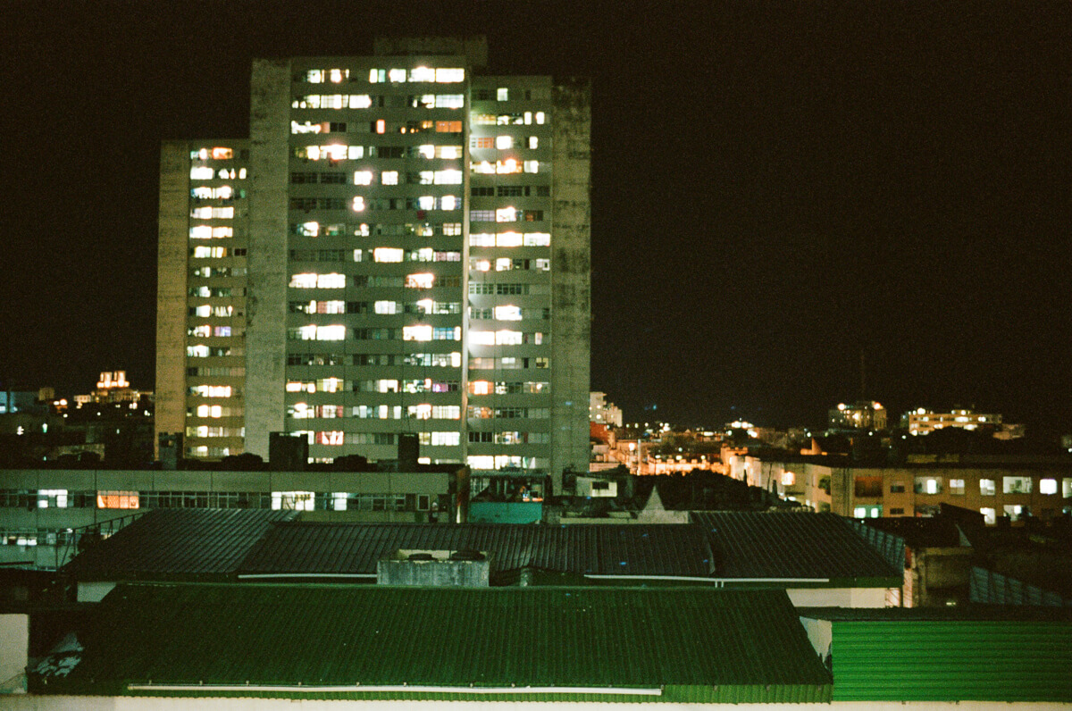 古巴-夏灣拿-菲林-Night-view-from-casa-apartment-Portra-400-iso400-Kodak-Leica-M2-Summilux-35mm-f1.4-35-1.4-Asph-FLE-11663-Trinidad-Cuba-Analog-film-review
