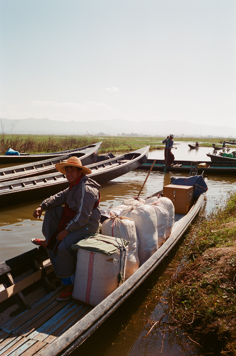 a-lot-of-people-canoeing-sunny-weather-sunday-market-entrance--waiting-for-people-transport-inle-lake-burma-myanmar-boat-trip-travel-analog-film-images-Fuji-fujifilm-Superia-Premium-400-8elements-v1-1