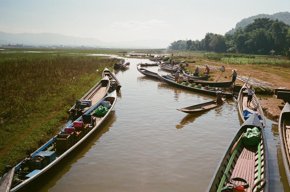 a-lot-of-people-canoeing-sunny-weather-sunday-market-entrance--waiting-for-people-transport-inle-lake-burma-myanmar-boat-trip-travel-analog-film-images-Fuji-fujifilm-Superia-Premium-400-8elements-v1-2