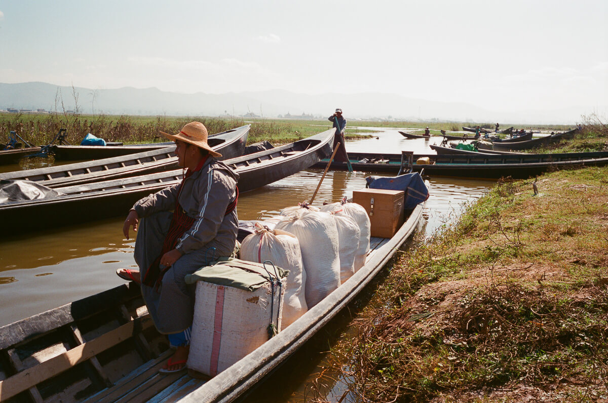a-lot-of-people-canoeing-sunny-weather-sunday-market-entrance--waiting-for-people-transport-inle-lake-burma-myanmar-boat-trip-travel-analog-film-images-Fuji-fujifilm-Superia-Premium-400-8elements-v1