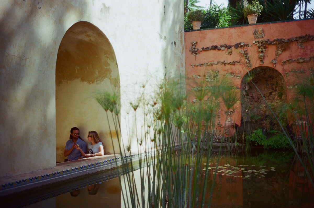 couple-intimating-inside-Alcázar-of-Seville-architecture-archit-travel-blog-visit-Sevilla-spain-Kodak-Ektar-100-film-analog-Summicron-35mm-f2-35-v1-8elements-seville