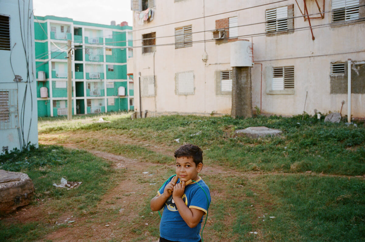 kid-playing-rope-skipping-Portra-400-iso400-Kodak-Leica-M2-Summilux-35mm-f1.4-35-1.4-Asph-FLE-11663-Trinidad-Cuba-Analog-film-review
