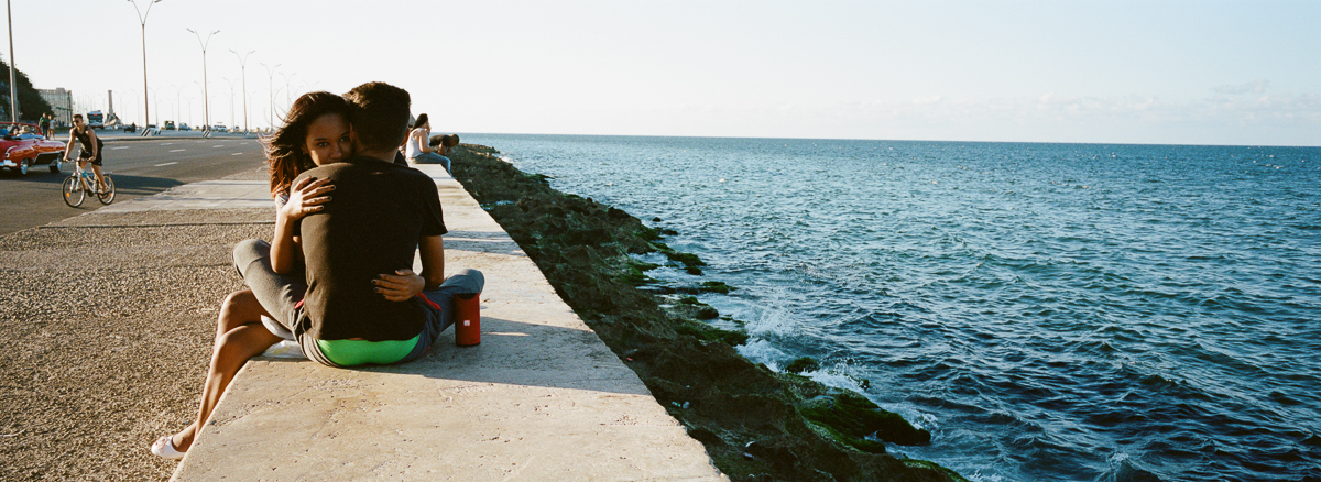 古巴-夏灣拿-菲林-love-spreading-in-Malecon-sea-Portra-400-iso400-Hasselblad-Xpan-XpanII-45mm-f4-Pano-Panoramic-Panorama-Havana-Cuba-Analog-film-review
