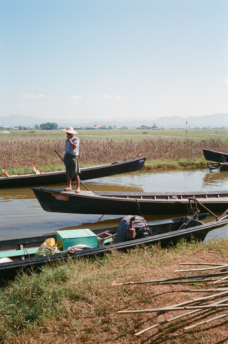 man-canoeing-sunny-weather-sunday-market-entrance-inle-lake-burma-myanmar-boat-trip-travel-analog-film-images-Fuji-fujifilm-Superia-Premium-400-8elements-v1