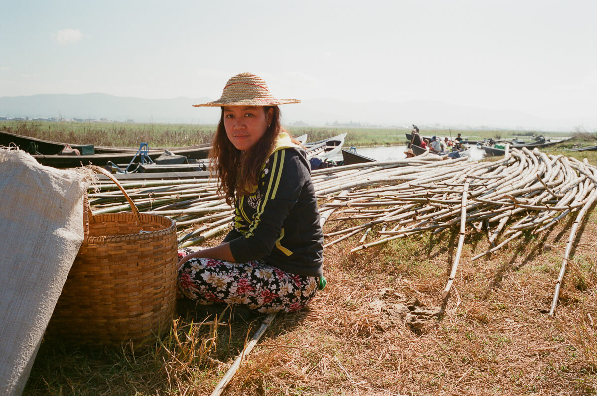 portrait-of-lady-next-to-river-waiting-for-boat-coming-inle-lake-burma-myanmar-boat-trip-travel-analog-film-images-Fuji-fujifilm-Superia-Premium-400-8elements-v1