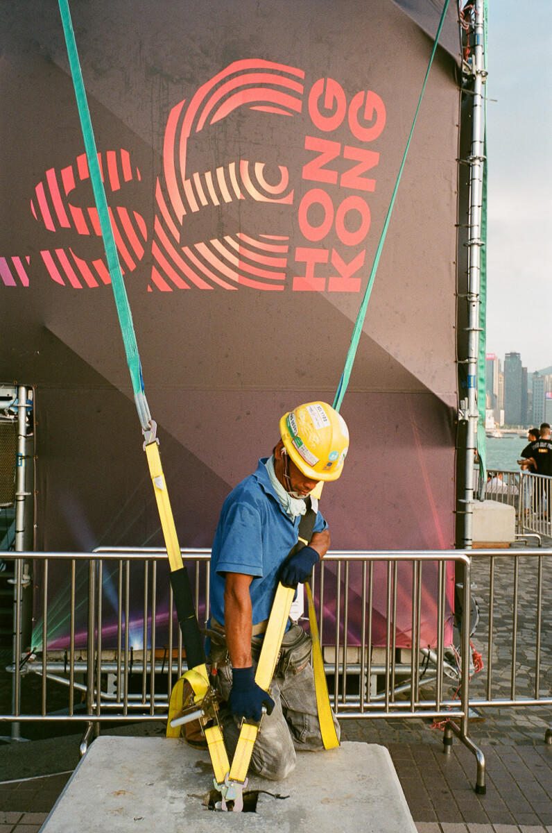 worker-setting-up-the-site-stablising-Cultural-Centre-Hong-Kong-Tsim-sha-tsui-Superia-premium-400-fuji-fujifilm-film-analog-Leica-Summicron-35mm-f2-IV-7elements