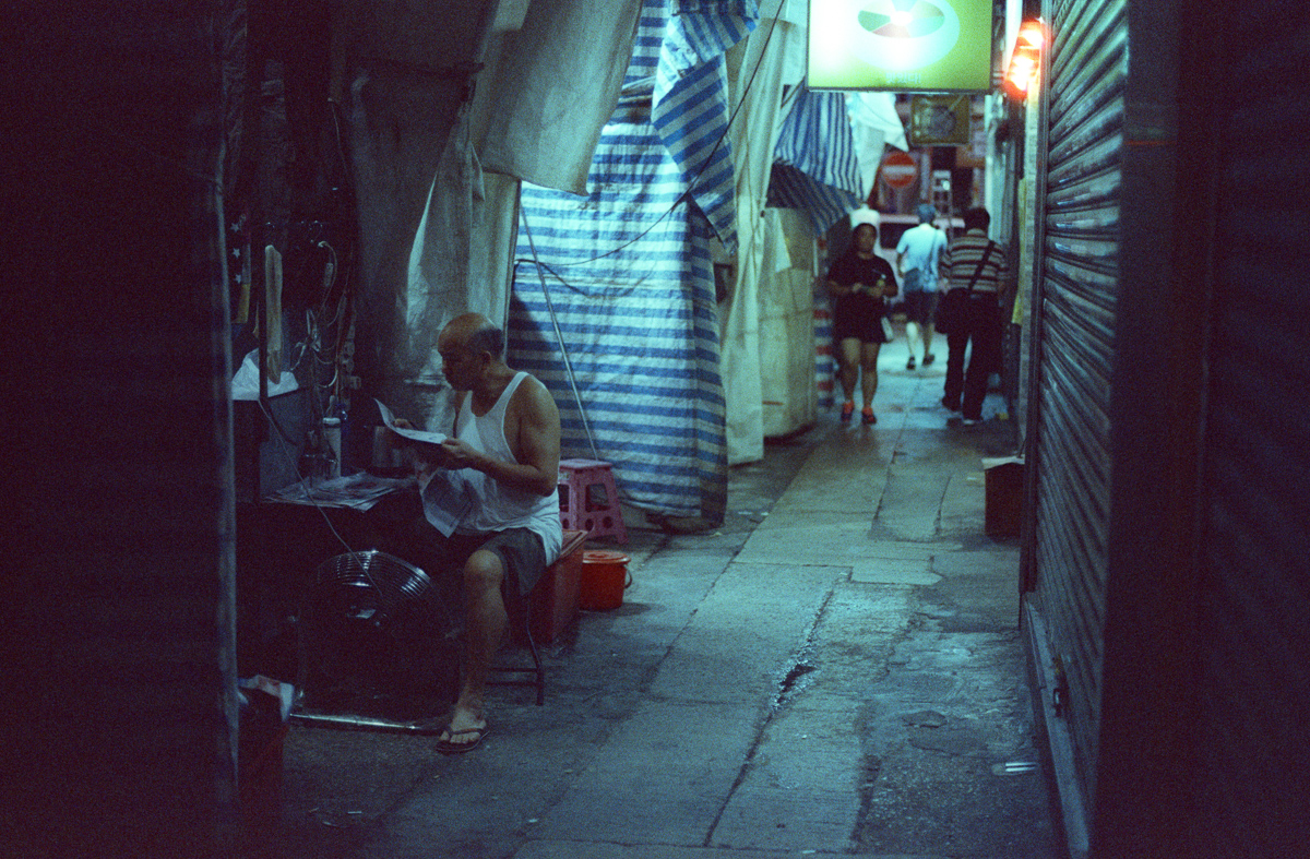 aisles-alley-small-path-ladies-market-side-hong-kong-hk-street-photography-guide-Mong-kok-Mongkok-location-suggestions-attractions-local-night-streetshooters-travel-travelling-trip-advisor