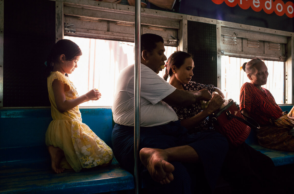 family-eating-inside-circular-train-yangon-sunday-afternoon-superia-premium-400-myanmar-travelling-tourist-guide-street-photography