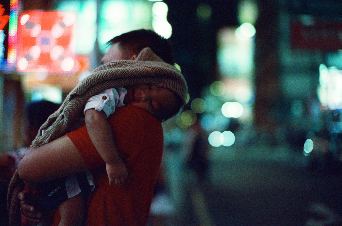 visitors-carrying-babies-around-shopping-hong-kong-hk-street-photography-guide-Mong-kok-Mongkok-location-suggestions-attractions-local-night-streetshooters-travel-travelling-trip-advisor