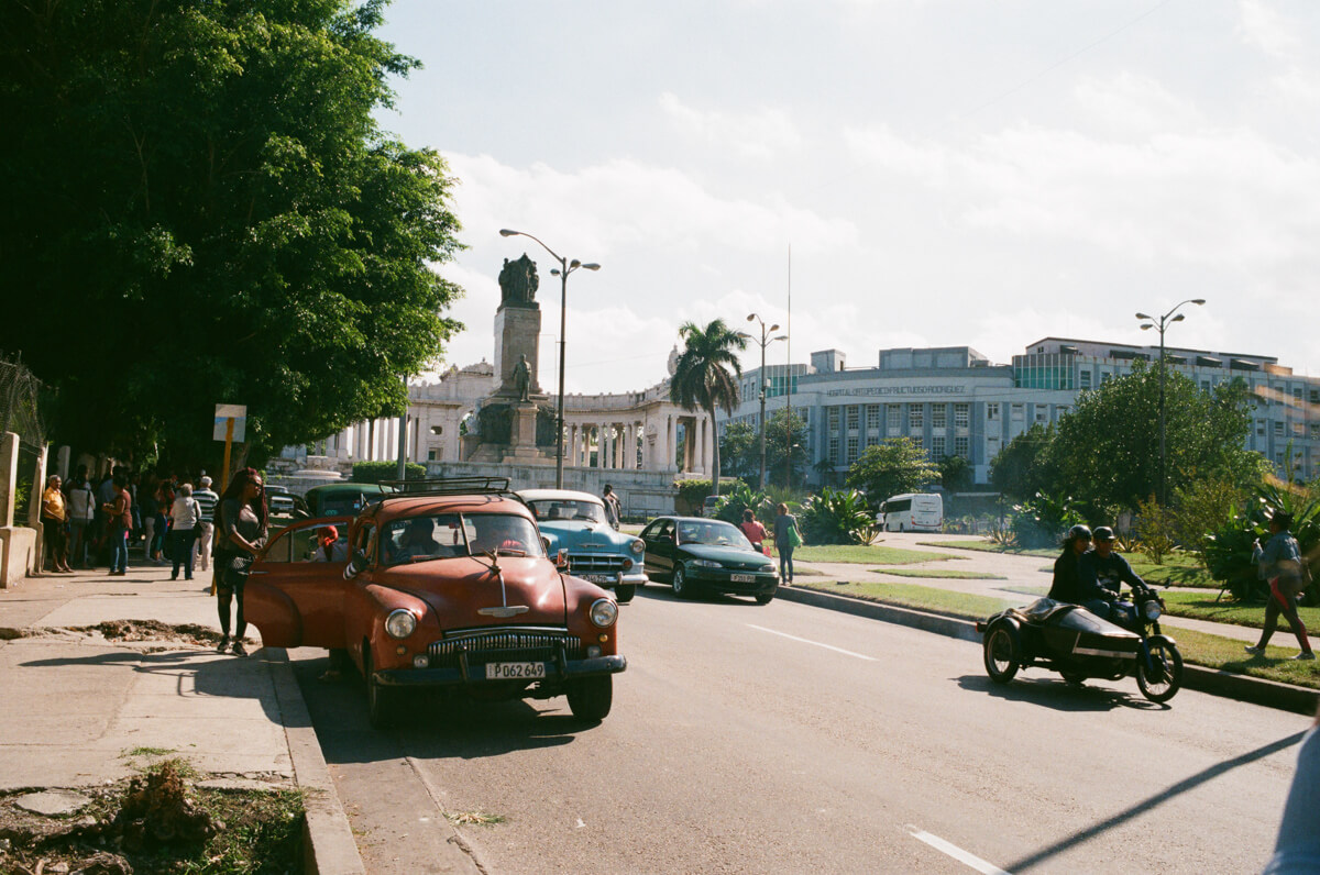 Busy-road-filling-with-cars-vehicles-centro-havana-on-the-way-to-malecon-cuba-street-scene-leica-summilux-35-asph-agfa-vista-400-negative-film-color