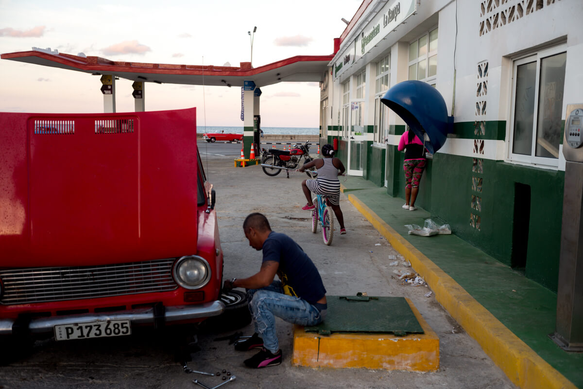 The-gas-station-petrol-next-to-Malecon-sunset-busy-repair-car-Leica-M10-digital-summicron-35mm-travel-street-photography-guide-centro-havana-cuba