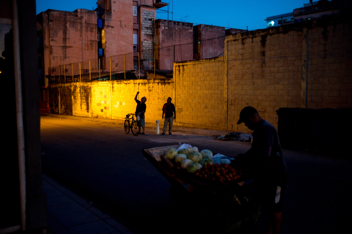after-sunset-getting-dark-in-centro-havana-cuba-not-many-street-light-dark-returning-casa-leica-m10-summicron-35-travel-street-guide-photography-tips