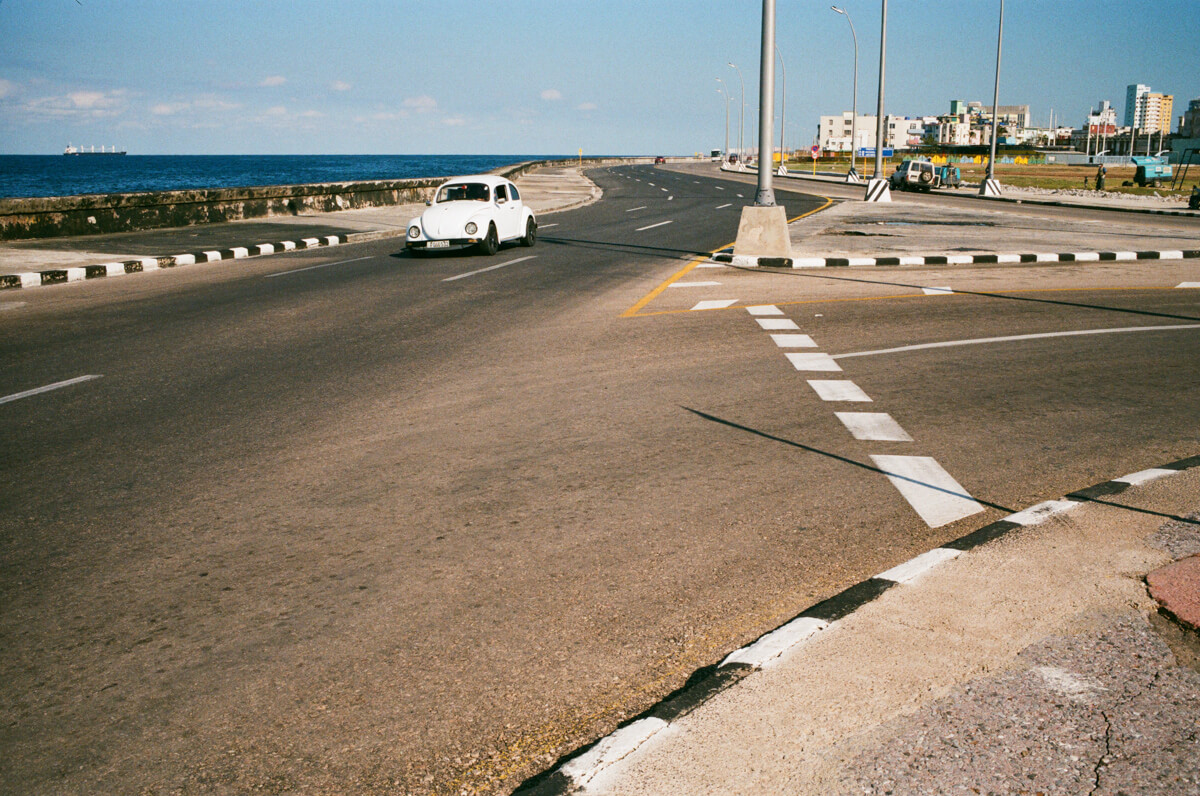 car-fleeing-speed-drive-driveway-highway-in-centro-havana-next-to-malecon-agfa-vista-400-street-snap-photography-guide-leica-summilux-35mm-1.4-asph-fle