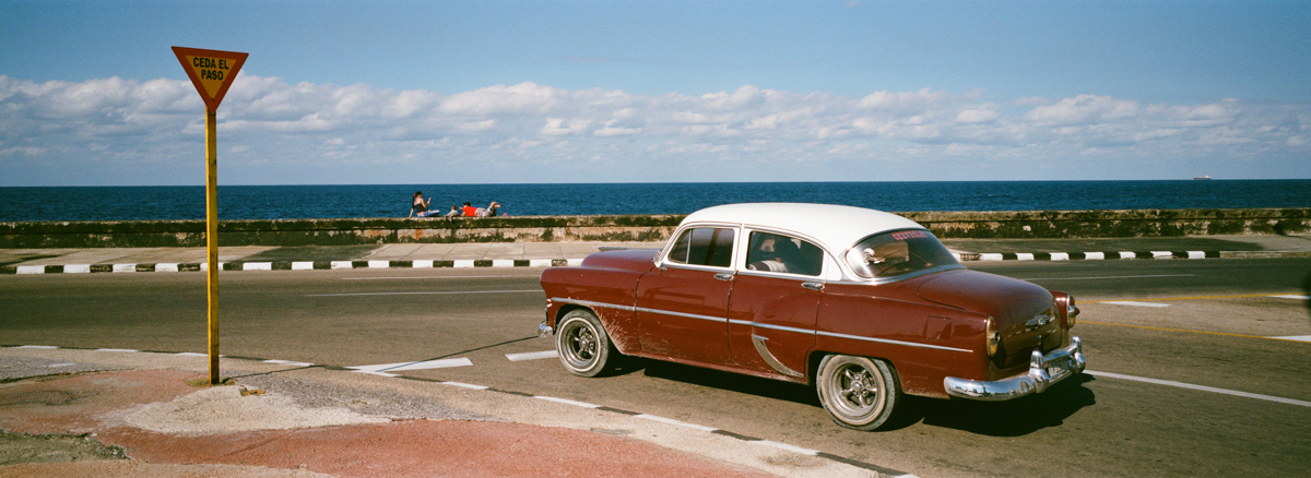 car-making-left-turn-in-centro-havana-next-to-malecon-agfa-vista-400-street-snap-photography-guide-leica-summilux-35mm-1.4-asph-fle
