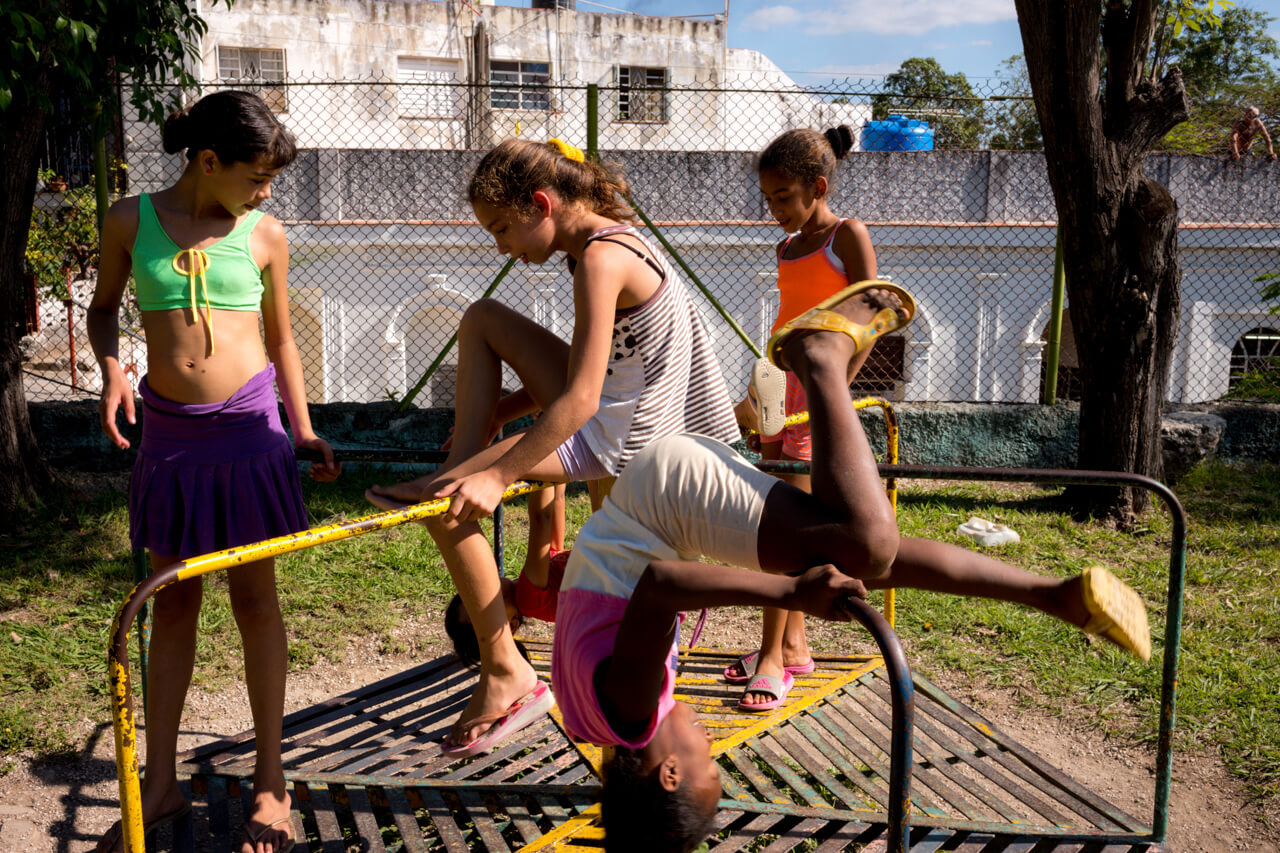 children-playing-in-playground-casa-blanca-cuba-havana-leica-m10-summilux-35mm-f1.4-asph-fle-sharpness-vibrant-color
