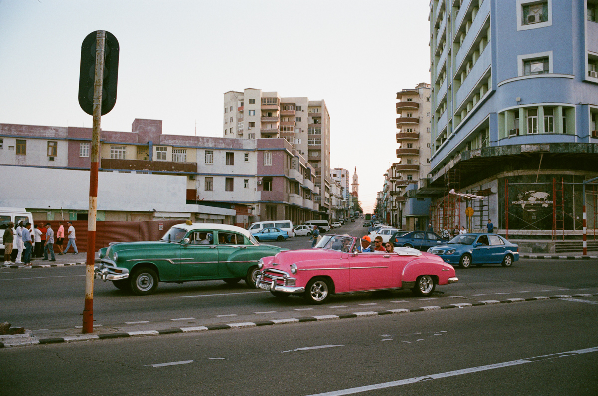colorful-vintage-cars-vehicles-in-centro-havana-next-to-malecon-agfa-vista-400-street-snap-photography-guide-leica-summilux-35mm-1.4-asph-fle