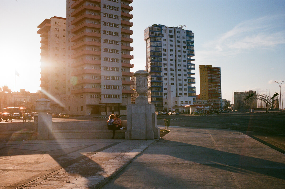 couple-kissing-in-centro-havana-next-to-malecon-agfa-vista-400-street-snap-photography-guide-leica-summilux-35mm-1.4-asph-fle