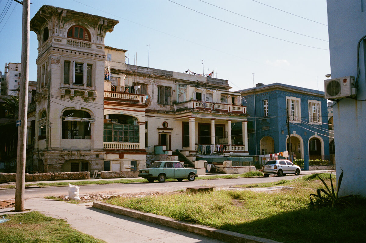 housing-around-centro-havana-next-to-malecon-agfa-vista-400-street-snap-photography-guide-leica-summilux-35mm-1.4-asph-fle