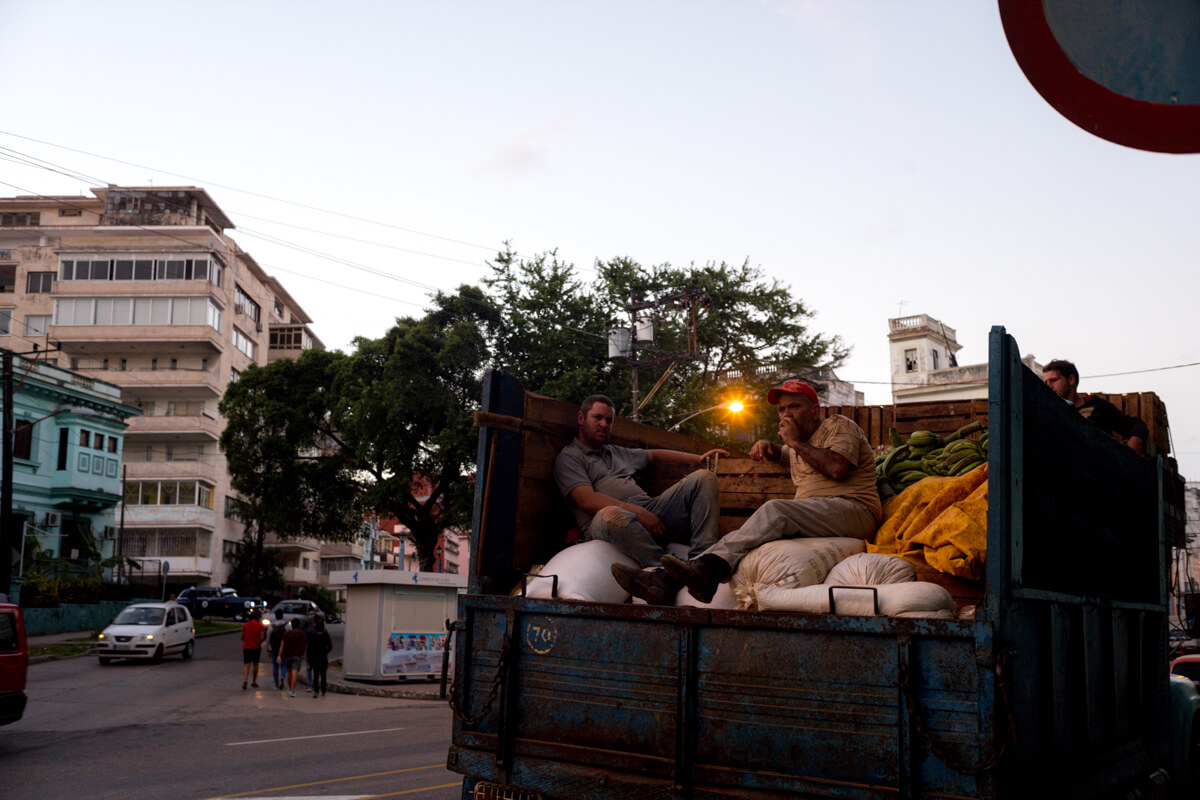 local-produce-farmers-in-truck-delivery-centro-havana-cuba-after-sunset-dim-light-leica-m10-summicron-35-travel-street-photography-guide-tahusa-tips
