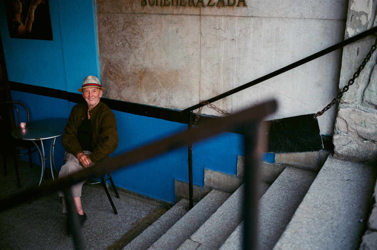 old-man-in-restaurant-giving-me-gentle-smile-centro-havana-leica-summilux-35-1.4-asph-fle-agfa-vista-400