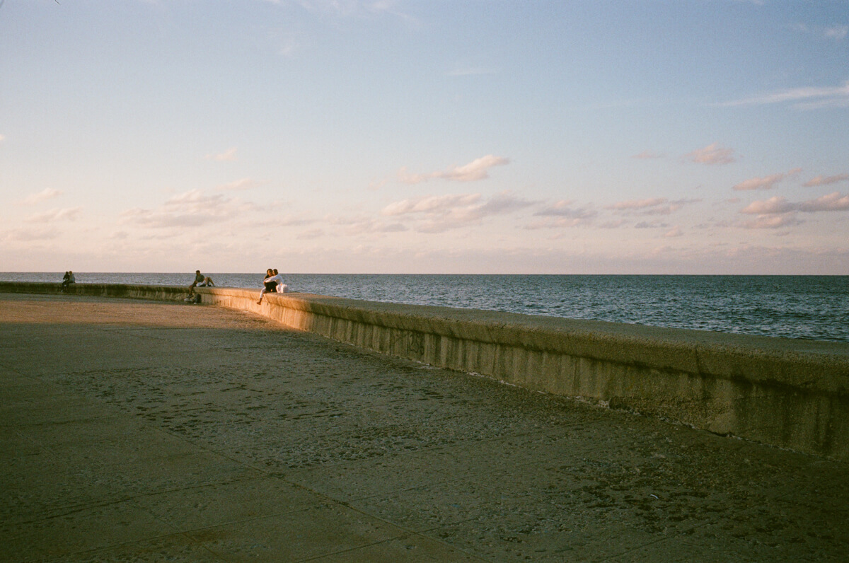 outskirt-seafront-gathering-place-in-centro-havana-next-to-malecon-agfa-vista-400-street-snap-photography-guide-leica-summilux-35mm-1.4-asph-fle