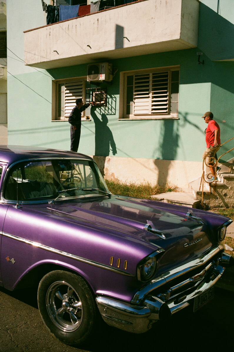 painting-the-frame-neighbors-centro-havana-cuba-agfa-vista-400-leica-film-analog-35mm-summilux-1.4-asph-fle-street-guide