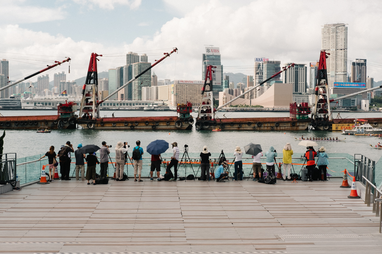 photographers-hobbyist-lining-up-canon-HongKong-Hong-Kong-Dragon-boat-race-festival-June-Fujifilm-Fuji-Xpro2-X-pro2-X-pro-digital-camera-xeries-XF-35mm-f2-WR-lens-HK-Street-snap