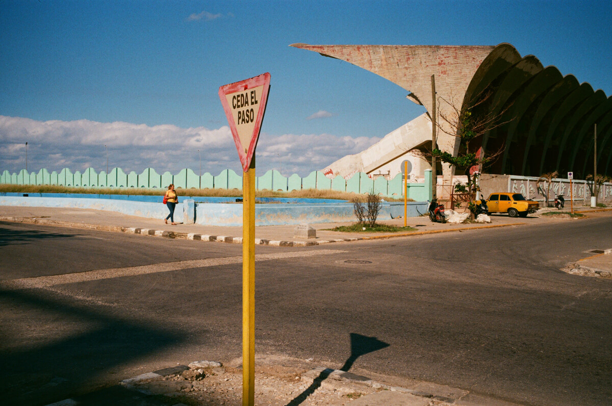 sports-stadium-in-centro-havana-next-to-malecon-agfa-vista-400-street-snap-photography-guide-leica-summilux-35mm-1.4-asph-fle