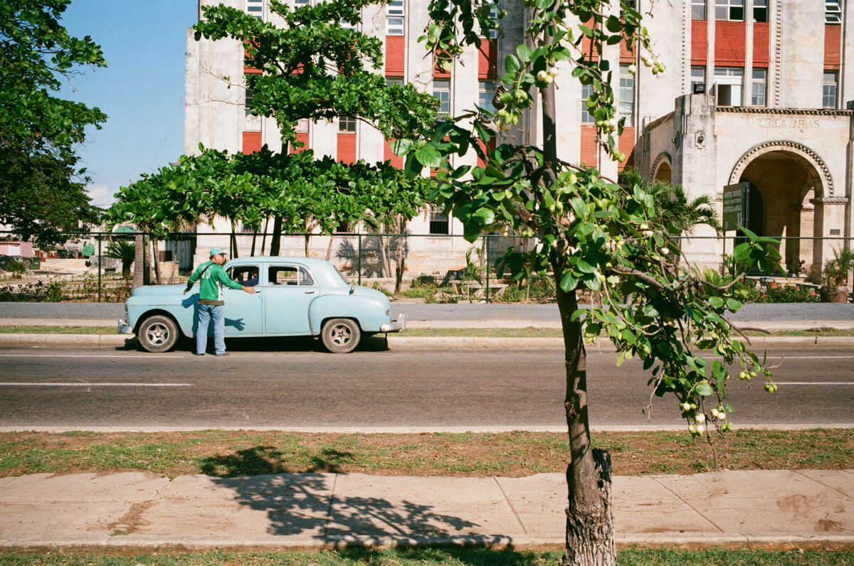 tree-and-green-man-blue-vintage-car-centro-havana-cuba-agfa-vista-400-leica-film-analog-35mm-summilux-1.4-asph-fle-street-guide