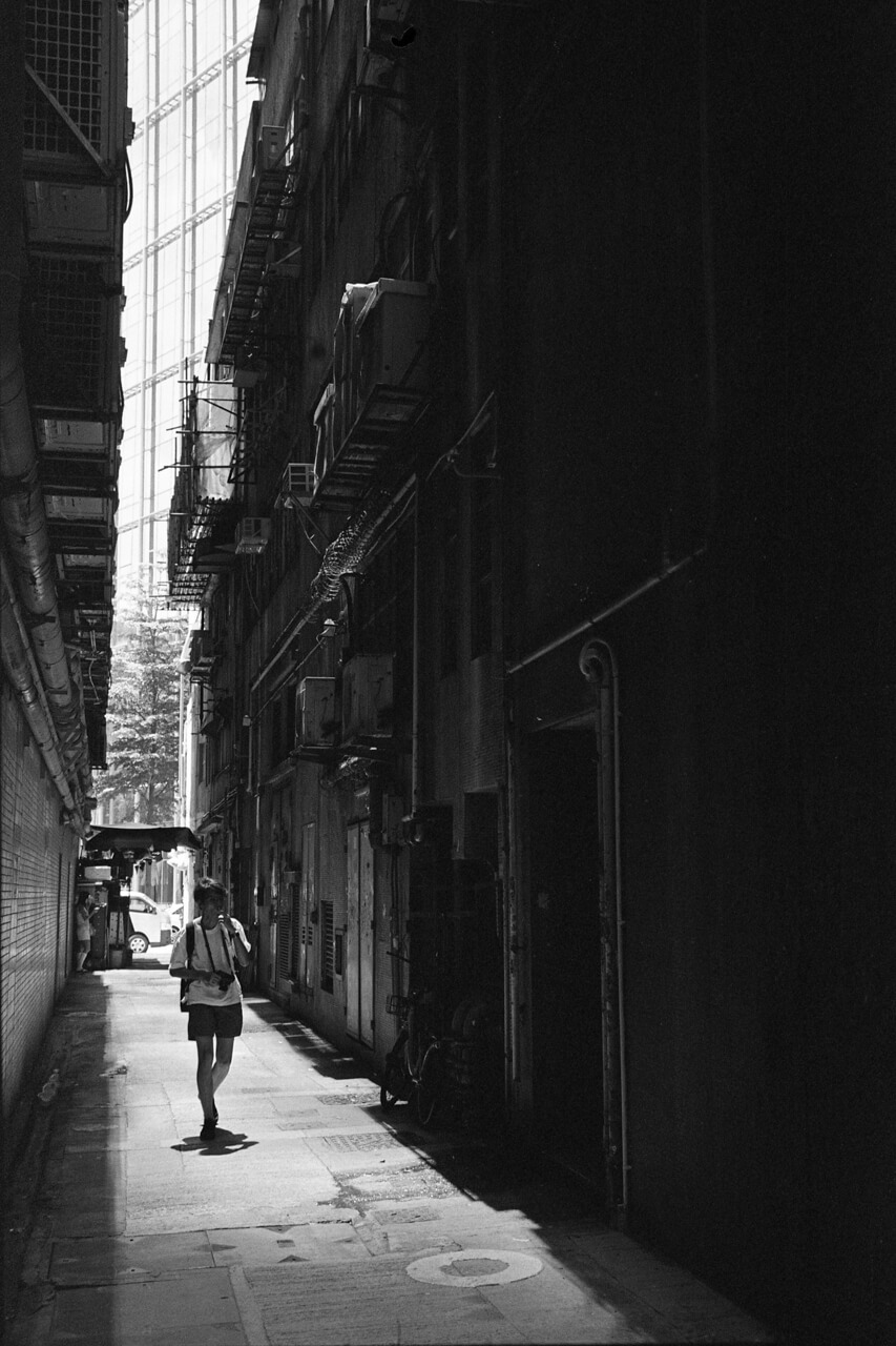 black-and-whte-leica-film-photography-D76-Kodak-tri-x-400-Voigtlander-40mm-f1.2-1.2-40-asph-m-mount-lens-review-keith-kwun-tong-alley