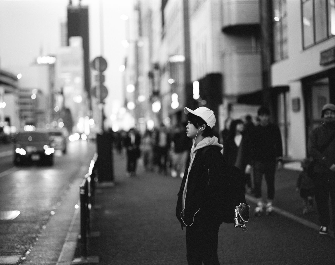 Analog-film-review-kodak-tri-x-trix-400-tahusa-bw-black-white-negative-DDX-Pentax-67-6x7-105mm-2.4-tokyo-japan-night-street-portrait