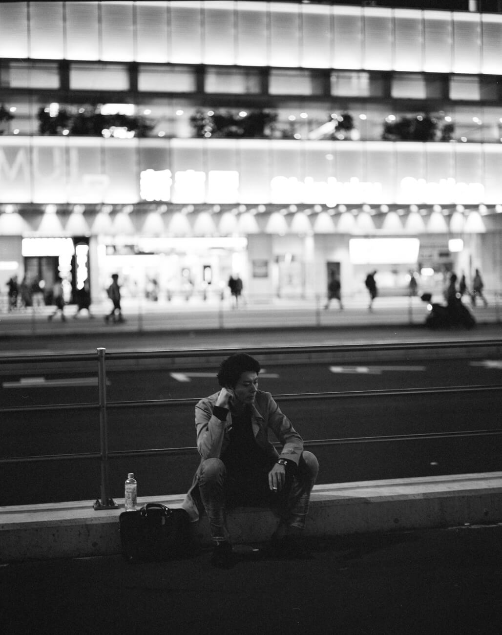 Analog-film-review-kodak-tri-x-trix-400-tahusa-bw-black-white-negative-DDX-Pentax-67-6x7-105mm-2.4-tokyo-japan-night-street