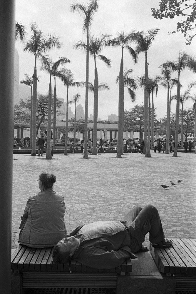 Lens-review-Leica-Summilux-pre-a-asph-infinity-lock-35mm-1.4-film-comparison-compare-hk-cultural-centre-with-palm-trees-sleeping-tourist-bw-rodinal-kodak-tri-x-400-tone-8elements-summicron-comparable