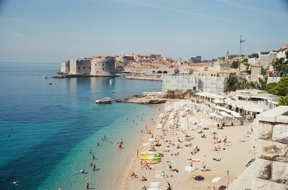 Lens-review-Leica-Summilux-pre-a-asph-infinity-lock-35mm-1.4-film-comparison-compare-supergold-super-gold-400-dubrovnik-croatia-travel-vacation-sunny-blue-ocean-beach-view-castle-behind
